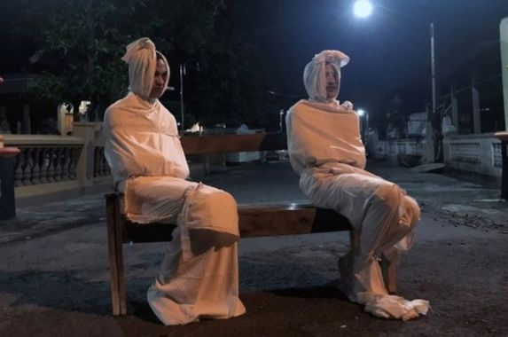 a-village-in-indonesia-hired-several-hantu-pocong-to-scare-people-into-staying-home