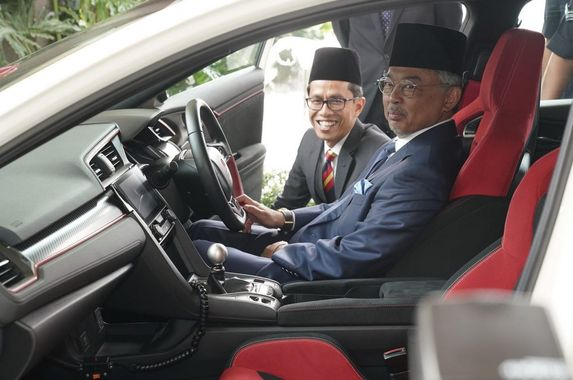 the-agong-gets-a-honda-civic-type-r-for-his-majesty-s-birthday