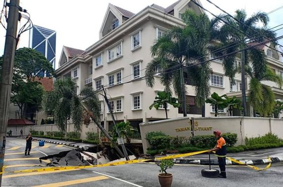 yikes-this-massive-sinkhole-just-appeared-very-close-to-a-condo-in-kl