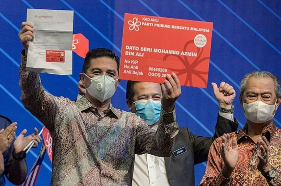 netizens-amused-miti-minister-azmin-ali-wore-his-facemask-upside-down