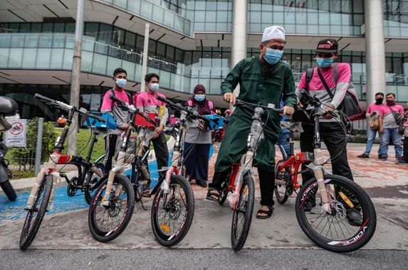 ebit-lew-donates-foldable-bicycles-to-help-foodpanda-walkers-do-their-job-malaysians-touched