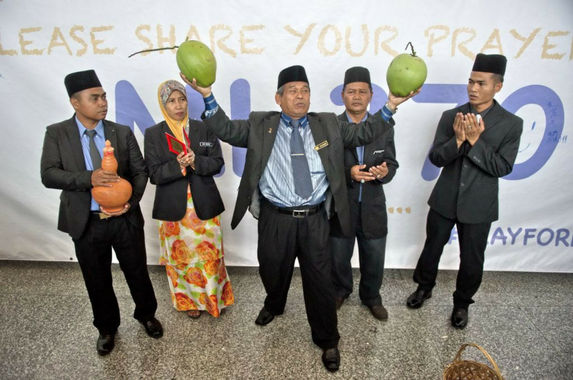 remember-the-coconut-raja-bomoh-he-wants-to-contest-in-ge14