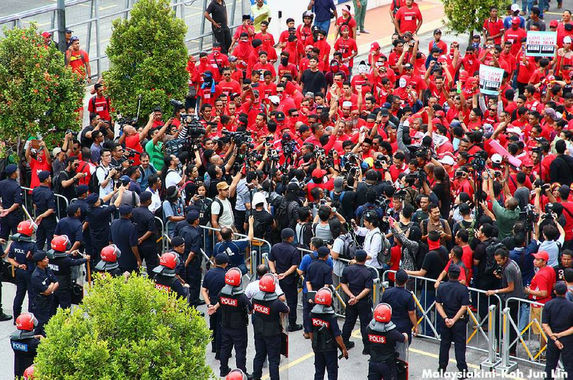 red-shirts-put-on-a-show-in-front-of-malaysiakini-office