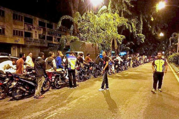 as-punishment-the-police-made-100-mat-rempit-push-their-motorcycles-for-5km