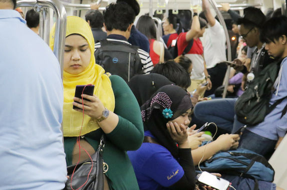 malaysians-can-t-give-up-their-phones-even-for-a-day