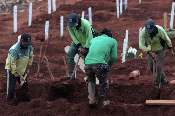 indonesian-authorities-punish-anti-maskers-by-making-them-dig-graves-for-covid-19-victims