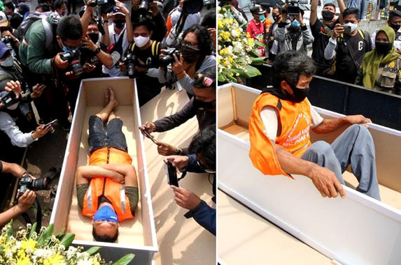 in-indonesia-those-who-don-t-wear-a-face-mask-are-asked-to-lie-in-a-coffin-for-one-minute