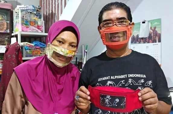 indonesian-couple-make-transparent-masks-to-protect-the-deaf-and-still-allow-lip-reading