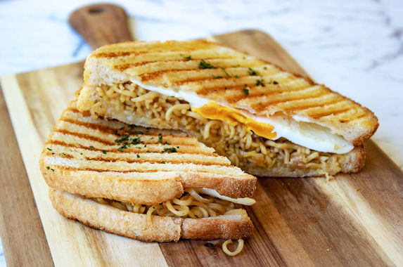 a-cafe-in-sydney-has-just-introduced-something-called-the-mi-goreng-toastie