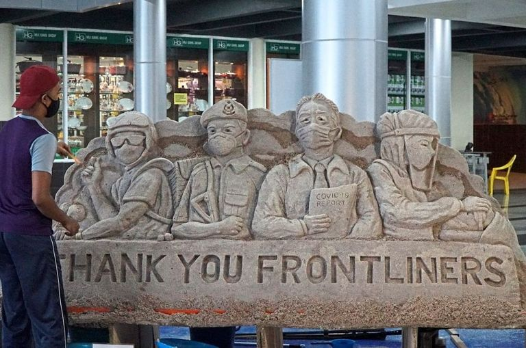 m-sian-artist-creates-unique-sand-sculpture-as-a-thank-you-to-frontliners