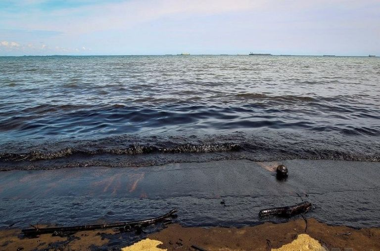 oil-spill-in-port-dickson-doe-says-keep-off-the-beach-for-now