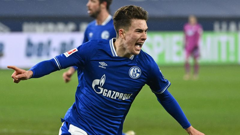 Hoppe hat-trick helps Schalke avoid unwanted Bundesliga record